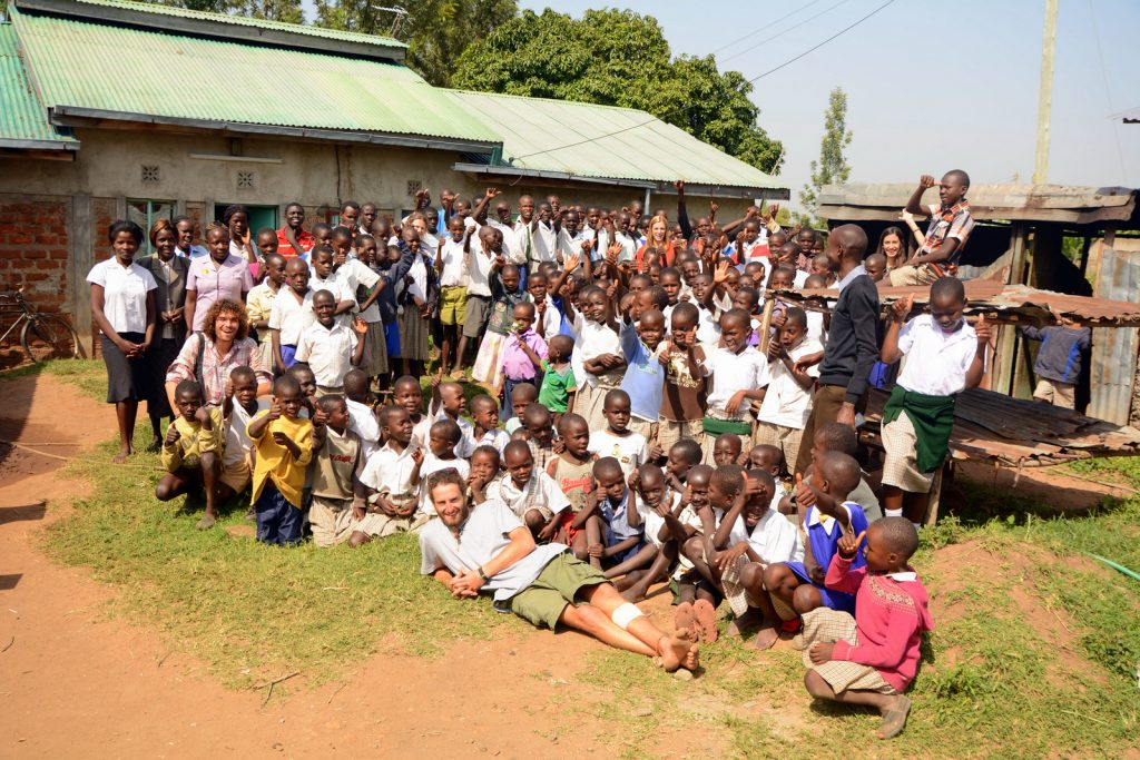 volunteer in Kenya group photo Better Me