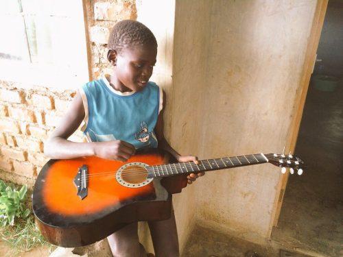First guitar lesson - Volunteer in Kenya
